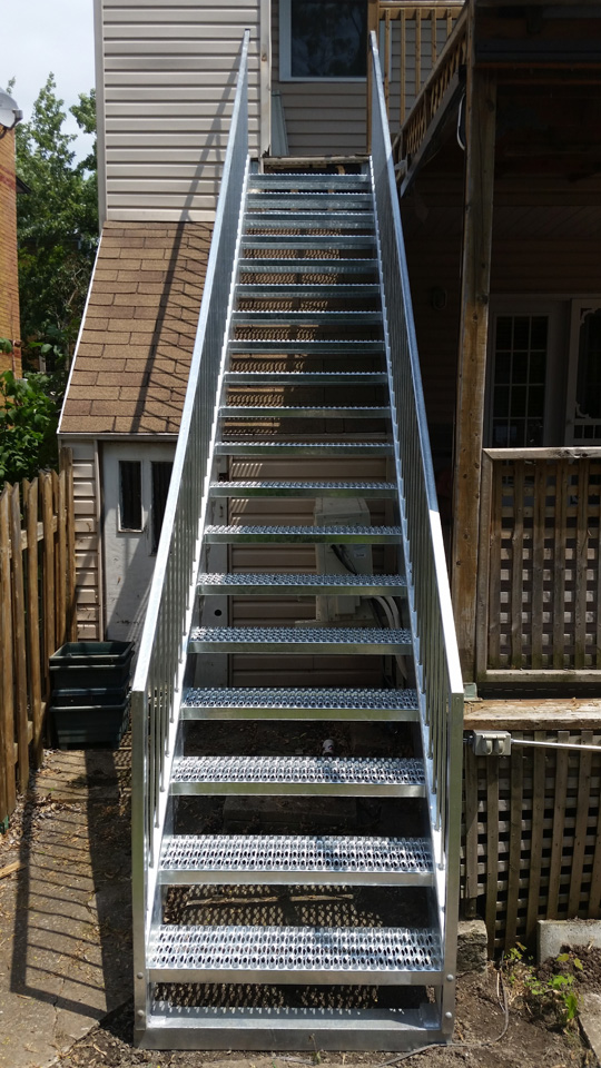 Nos r alisations d 39 escalier droit m tal gilles allard for Petit escalier exterieur