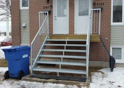 Escalier droit d'entré en acier vu de face Québec | Metal Gilles Allard Inc.