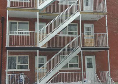 Cage d'escalier extérieur de face Fabrication et pose de cage d'escalier en acier au Québec | Métal Gilles Allard