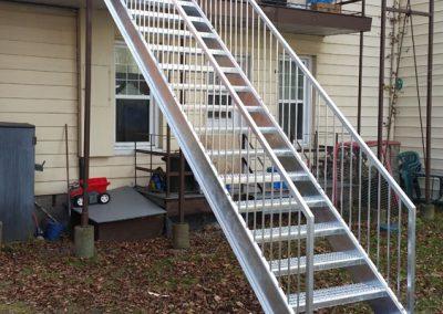 long escalier droit de cour arrière | Metal Gilles Allard Inc.